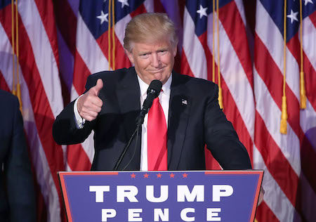 2016年11月9日,川普在胜选之夜发表演说时,向人群竖起大拇指。(Mark Wilson/Getty Images)