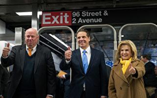 纽约州长库莫(中)2016年12月22日,为纽约地铁新站建成,出席庆祝活动。 (Drew Angerer/Getty Images)