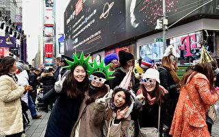 从1904年开始以来,时代广场跨年活动及水晶球降落为纽约一大传统,每年吸引全美及全球逾100万名民众共同欢度跨年倒数迎新年。 (Eugene Gologursky/Getty Images for TOSHIBA CORPORATION)