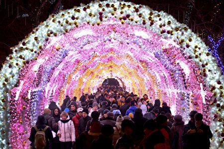俄國居民在2016年跨年夜走過莫斯科中心璀燦耀眼的聖誕裝飾拱廊。(VASILY MAXIMOV/AFP/Getty Images)