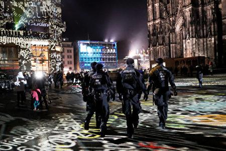 今年跨年夜德國科隆警方不敢大意,部署1,500名警力。(Maja Hitij/Getty Images)