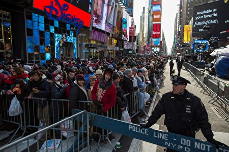 Police officers patrol Times Square before New Year's eve celebrations in New York on December 31, 2016. / AFP / Eduardo Munoz Alvarez (Photo credit should read EDUARDO MUNOZ ALVAREZ/AFP/Getty Images)
