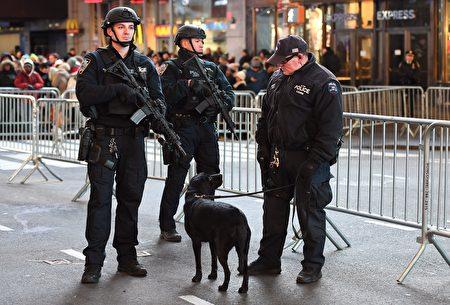 为保证世界各地来到时代广场庆祝新年的人们的安全,纽约警方高度戒备,出动防爆警犬、镇暴车与重型砂石卡车在现场作安全维护。(ANGELA WEISS/AFP/Getty Images)