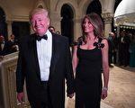 美国新当选总统川普与妻子梅兰妮娅在2016年12月31日抵达Mar-A-Lago度假村参加跨年夜晚会。(DON EMMERT/AFP/Getty Images)