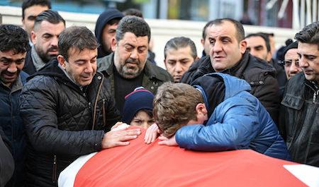 1月1日凌晨,土耳其伊斯坦堡一家知名夜店遭受恐怖袭击。官员说,目前已有至少39人死亡,另有至少69人受伤送医。图为一名死者的亲友们在其葬礼上表示哀悼。(Burak Kara/Getty Images)