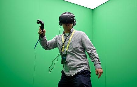 2017年美国消费性科技展将于1月5日-8日在拉斯维加斯会议中心为超过3800家参展商提供平台,向超过16.5万的与会者展示其最新科技产品。 图为与会者在体验头戴VR实景装置。(David Becker/Getty Images)