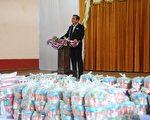 泰國總理巴育(Prayuth Chan-ocha)1月6日前往那拉提瓦府(Narathiwat)探訪受影響災民,連續數日的暴雨已經導致泰國南部9省發生洪災,超過12萬戶居民受影響,數千旅客滯留。(MADAREE TOHLALA/AFP/Getty Images)