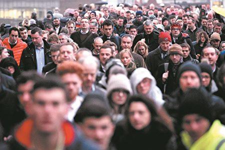 大批的通勤上班者从伦敦桥上走过。(Photo by Leon Neal/Getty Images)