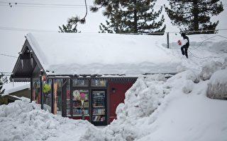 加州進入1月以來連續三週迎來暴雨和降雪,引發洪災和雪崩擔憂。圖為一處房子的主人爬到屋頂去清理積雪。(DAVID MCNEW/AFP/Getty Images)