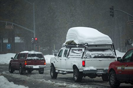 Snow continues to fall in Mammoth Lakes, California, January 9, 2017 as a series of strong storms moves through the western US state. / AFP / DAVID MCNEW (Photo credit should read DAVID MCNEW/AFP/Getty Images)
