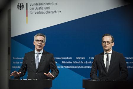 图为德国内政部长德梅齐埃(左)和司法部长马斯在加强反恐措施的新闻媒体会上讲话。 (Photo by (Steffi Loos/Getty Images)