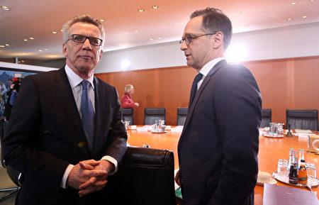 1月11日,德国联邦内阁开会,图为联邦内政部长德梅齐埃(左)和司法部长马斯。两人在前一天共同介绍一系列措施,要加强打击伊斯兰恐怖分子。(Adam Berry/Getty Images)