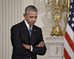 1月12日在白宫,奥巴马总统授予副总统拜登自由勋章后,听拜登发表感言。(Olivier Douliery-Pool/Getty Images)