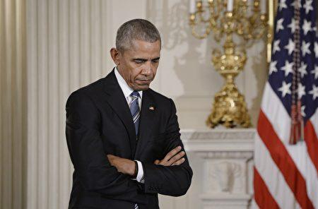1月12日在白宮,奧巴馬總統授予副總統拜登自由勳章後,聽拜登發表感言。(Olivier Douliery-Pool/Getty Images)