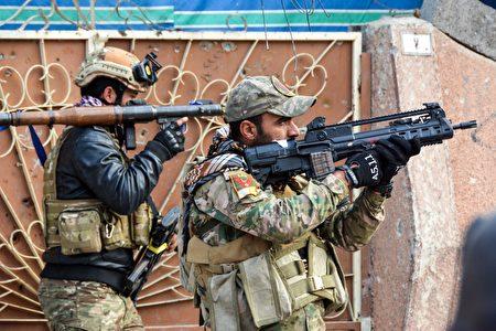 新的一年已经开始,在以美国为首的联军协助下,伊拉克政府部队在打击伊斯兰国(IS),夺取摩苏尔方面也取得进展。(MAHMUD SALEH/AFP/Getty Images)