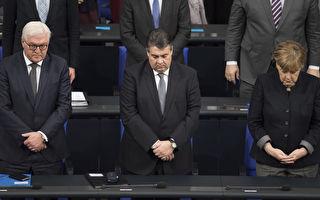 德國國會為柏林恐襲遇難者舉行悼念活動,全體議員起立,默哀一分鐘。右一為默克爾。(Steffi Loos/Getty Images)