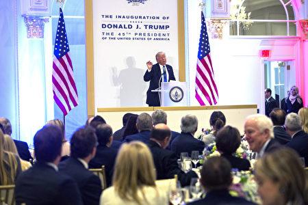 川普19日在华府川普国际酒店主持午宴,出席午宴者为捐款者及川普提名的内阁人选。(Chris Kleponis-Pool/Getty Images)