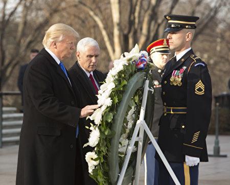 川普和彭斯来到阿灵顿国家公墓敬献花圈。(Chris Kleponis-Pool/Getty Images)
