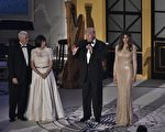 2017年1月19日萬,在就職典禮前夜,川普在華府聯合車站舉行燭光晚餐,感謝捐款者對總統就職活動的支持。圖為川普在台上發表感言。(MANDEL NGAN/AFP/Getty Images)
