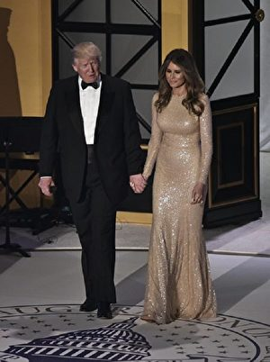 US President-elect Donald Trump and Melania Trump arrive to a reception and dinner at Union Station in Washington, DC on January 19, 2017. / AFP / MANDEL NGAN (Photo credit should read MANDEL NGAN/AFP/Getty Images)