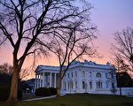1月20日,川普宣誓成为美国第45任总统前,和妻子梅兰妮亚抵达白宫。(Kevin Dietsch-Pool/GettyImages)