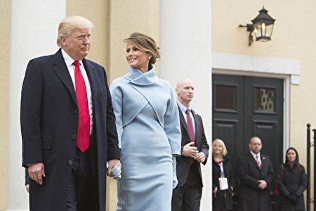 1月20日川普宣誓就職成為美國第45任總統,模特妻子梅蘭妮亞以一身粉藍色洋裝亮相。(Chris Kleponis-Pool/Getty Images)