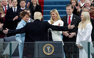川普在1月20日宣誓就职后,与妻子梅兰妮娅以及五个子女相拥庆祝。(Alex Wong/Getty Images)