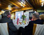 2017年1月20日,塞夫尼察举行为期3天的庆祝活动,祝贺川普的就职典礼。图为,镇上的居民在观看川普宣誓的直播视频。(STRINGER/AFP/Getty Images)