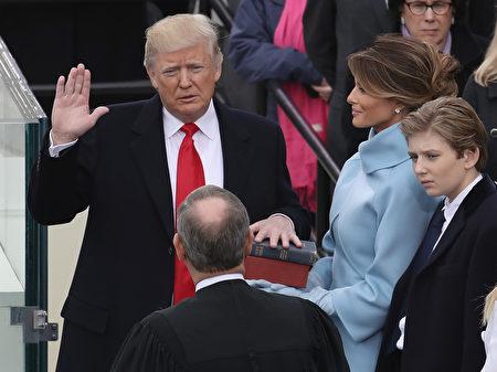 卻憑著那顆回歸美國精神的真誠信念打動無數選民的心。(Drew Angerer/Getty Images)
