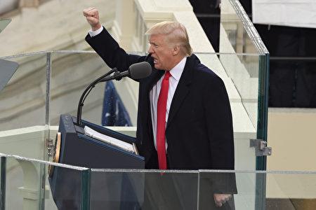 2017年1月20日正午左右,川普宣誓就任美國第45任總統後向在場觀眾打招呼。   (TIMOTHY A. CLARY/AFP/Getty Images)