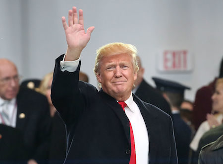 2017年1月20日,川普(特朗普)宣誓就职后,抵达白宫,在白宫前向人群挥手。(Mark Wilson/Getty Images)