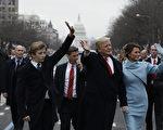 2017年1月20日,川普宣誓就职后,与第一夫人梅兰妮亚及儿子巴伦参加下午的就职游行。巴伦一改此前在就职典礼时的拘谨,一起跟父母向人群挥手致意。(Evan Vucci - Pool/Getty Images)