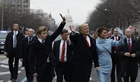 1月20日宣誓就職後,川普與第一夫人梅蘭妮亞及兩人的兒子、10歲的巴倫一起參加就職遊行,並向支持者揮手致意。 (Evan Vucci - Pool/Getty Images)