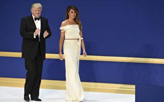 1月20日晚上的就职舞会上,第一夫人梅兰妮亚穿着与法国设计师皮耶共同设计的白色露肩礼服亮相。    (SAUL LOEB/AFP/Getty Images)