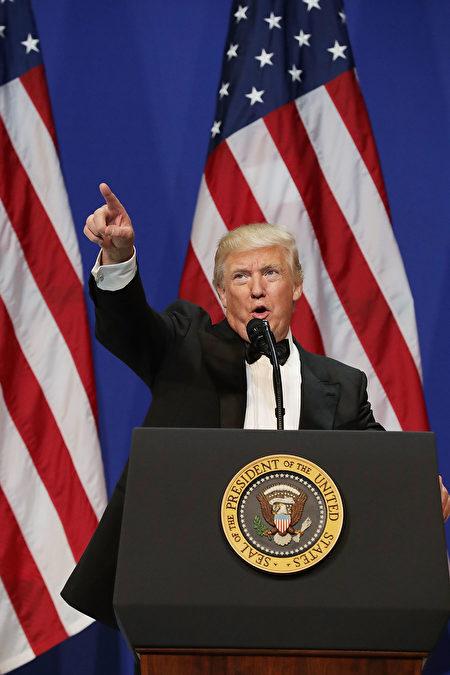 川普當選,被解讀為川普代表的傳統價值觀和保守主義戰勝兩黨建制派所推崇的「政治正確」。(Chip Somodevilla/Getty Images)