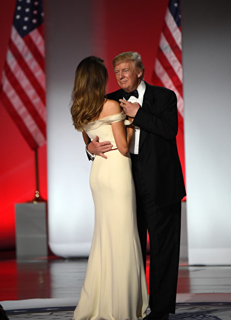 US President Donald Trump and First Lady Melania Trump take the stage at the Freedom Inaugural Ball, January 20, 2017, in Washington, DC. / AFP / Robyn Beck (Photo credit should read ROBYN BECK/AFP/Getty Images)