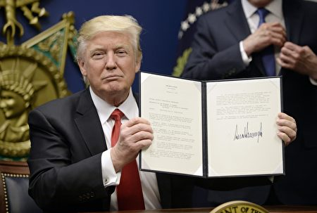 川普27日在国防部签发移民行政令。(Olivier Douliery-Pool/Getty Images)
