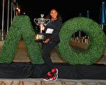1月28日,二号种子选手小威廉姆斯击败姐姐大威廉姆斯,夺取2017年澳网女单冠军。小威终于拿下23个大满贯,重返世界第一。(Photo by Scott Barbour/Getty Images)