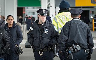 紐約肯尼迪機場的港務局警察(BRYAN R.SMITH/AFP/Getty Images)