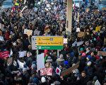 川普(特朗普)总统27日签署移民行政令引发争议,28日数千人到全美各地数个国际机场抗议。图为28日晚间在纽约肯尼迪机场的抗议人群。(BRYAN R. SMITH/AFP/Getty Images)