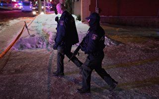 加拿大魁北克省的一間清真寺於2017年1月29日晚間發生持槍攻擊事件,已造成6死8傷。該國總理稱,這是一起針對穆斯林的恐怖攻擊。本圖為警方在案發現場持槍戒備。(ALICE CHICHE/AFP/Getty Images)