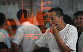 中国金融市场的兴衰都受到散户投资者的驱动,这群人包括退休老者和年轻专业人士。他们曾经一头扎进股市,在股市2015年崩溃之后,他们又转战房市。(China Photos/Getty Images)