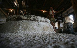 北京朝着摧毁2000年来政府垄断食盐做法的目标又走近一步。当局允许制造商定价,并直接向市场出售。图为四川一个盐矿。  (China Photos/Getty Images)