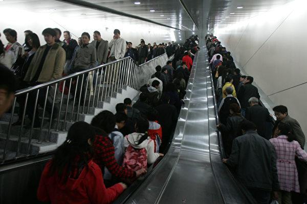 乘自動扶梯靠右站,為行走者騰出左邊地兒,長期以來被視為一種禮儀。就在中國一些大城市的地鐵乘客開始擁抱這個禮儀的時候,業內專家卻警告說,這種做法不安全。(China Photos/Getty Images)