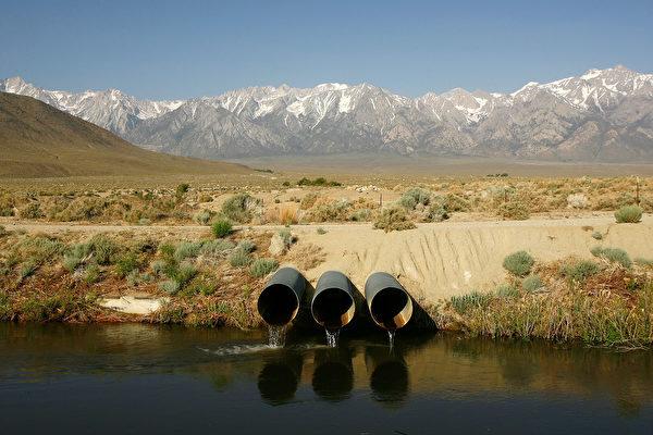 据加州水资源部数据,周二(10日)内华达山的积雪达到历史平均值的135%。内华达山的积雪和加州农业灌溉息息相关。(GettyImages) (Photo by David McNew/Getty Images)