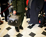 美國總統就職奠禮上最重要的黑皮包。  (Brendan Hoffman/Getty Images)