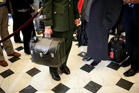 """川普近日表示,当接到核武密码并了解其破坏力后,感到""""非常、非常惊恐"""",但他自信""""会做适当的事""""。图为一名军方人员手提装有核武密码的黑皮包。 (Brendan Hoffman/Getty Images)"""