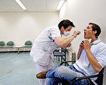 阿姆斯特丹的一家医院正在给流感病人做检查。 (ROBIN UTRECHT/AFP/Getty Images)