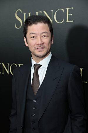 日本男星淺野忠信(Tadanobu Asano)在洛杉磯1月5日電影《沈默》紅毯首映。(派拉蒙影業提供)