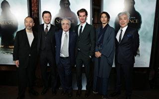 導演馬丁·斯科塞斯與演員1月5日在洛杉磯,於《沈默》紅毯首映式上合影。(派拉蒙影業提供)
